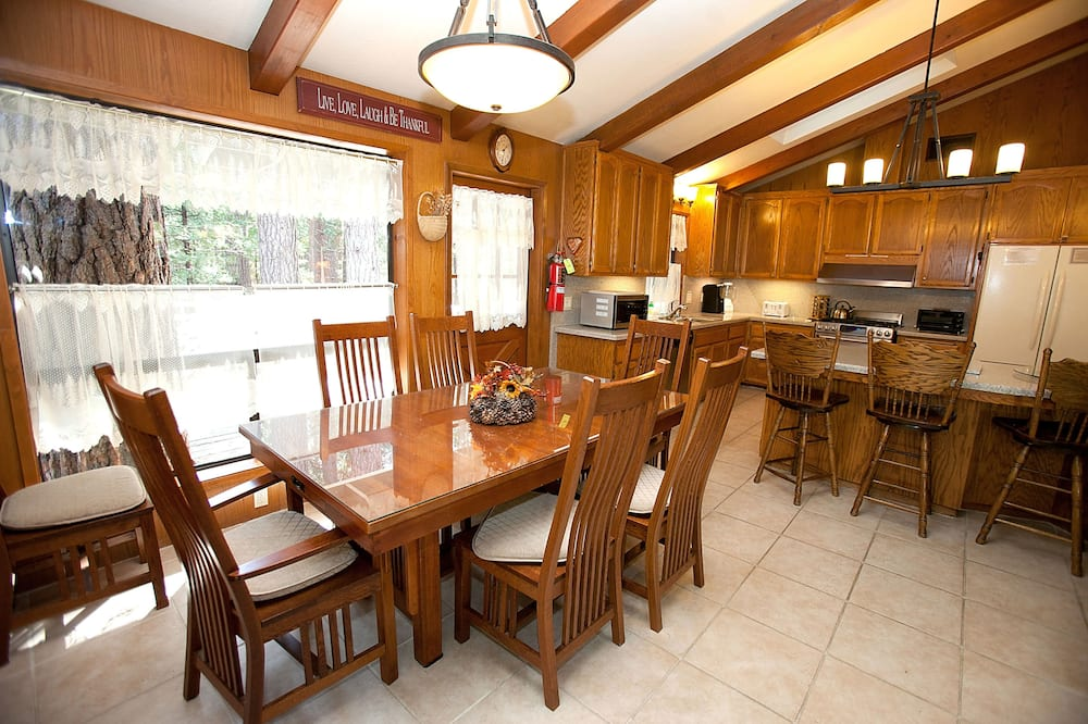 Family Cabin, 5 Bedrooms (5 Bedrooms) - In-Room Dining