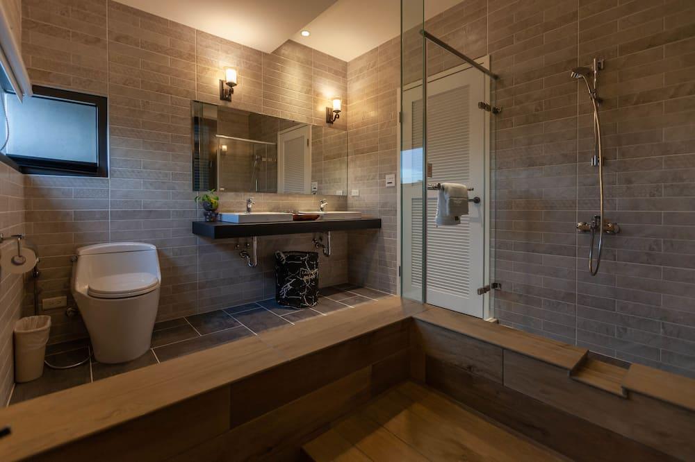 Čtyřlůžkový pokoj typu Superior, vana - Koupelna