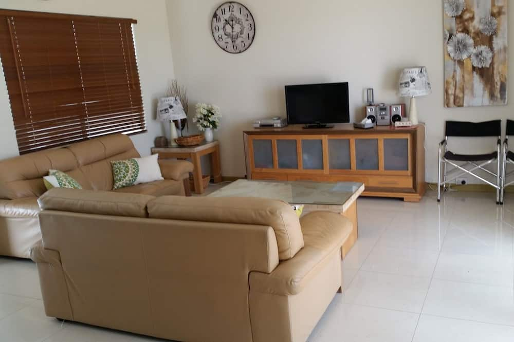 Family Townhome, 3 Bedrooms, 2 Bathrooms, Pool View - Living Area