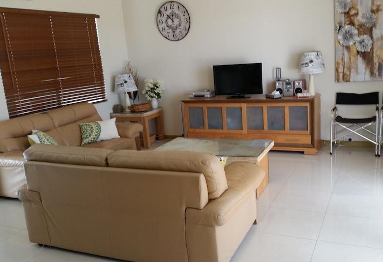 Seafront Unit 25, Jurien Bay, Family Townhome, 3 Bedrooms, 2 Bathrooms, Pool View, Living Area