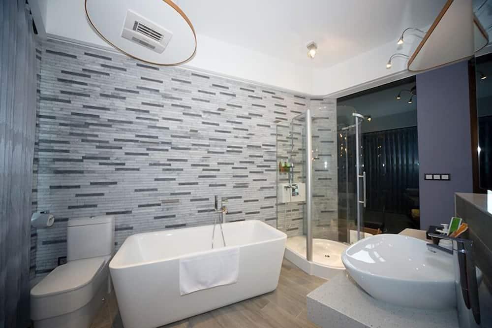 Deluxe Double Room, Non Smoking - Bathroom