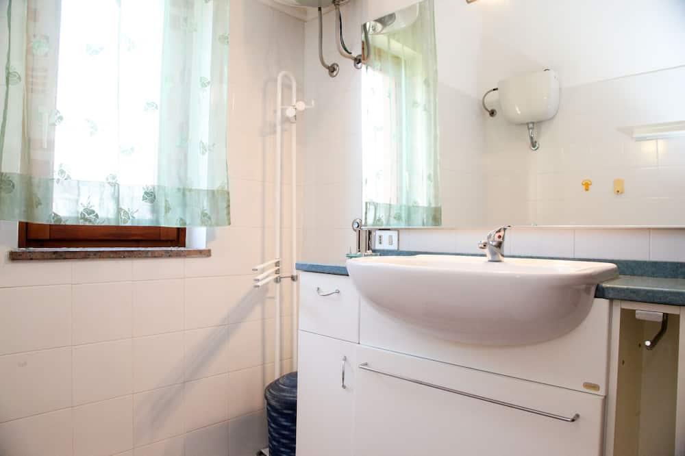 Apartemen, 2 kamar tidur, akses difabel - Kamar mandi