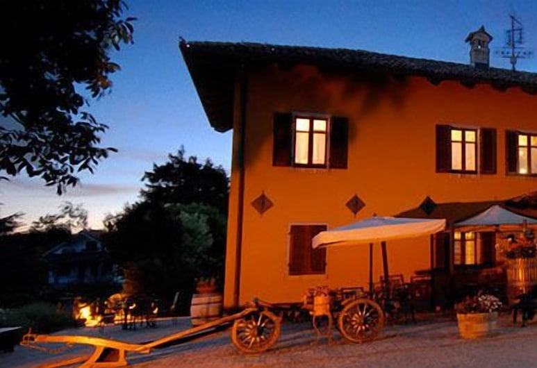 Agriturismo Ca' Brusà, Monforte d'Alba, Hotelfassade am Abend/bei Nacht