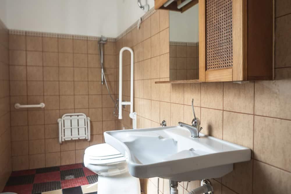 Szoba két külön ággyal, mozgássérültek számára is hozzáférhető - Fürdőszoba