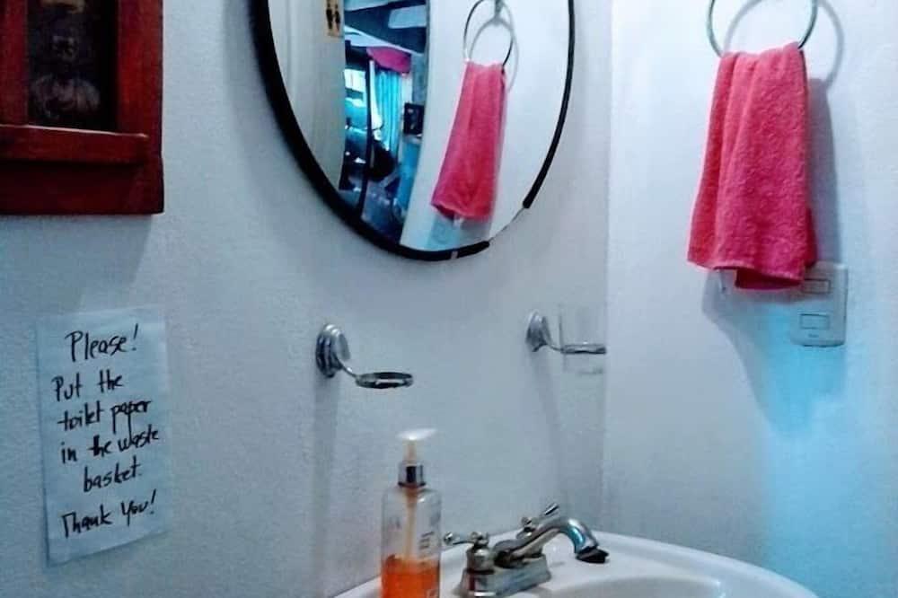 Soba, 1 bračni krevet, za nepušače, zajednička kupaonica - Umivaonik u kupaonici