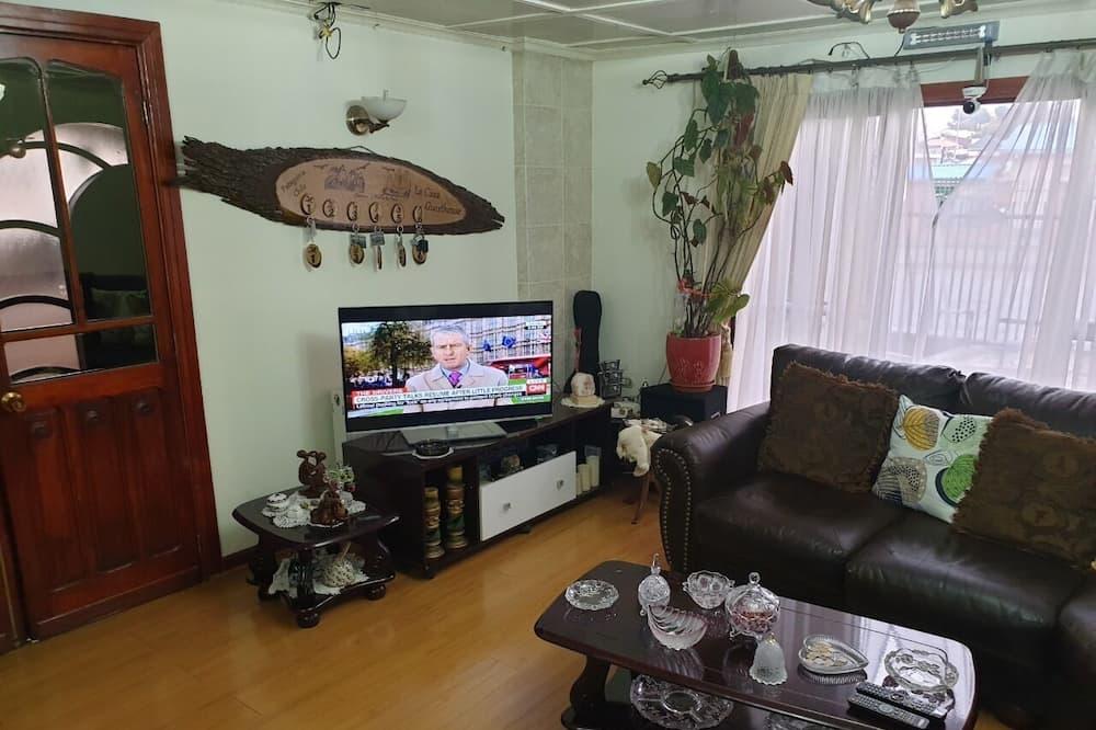 Economy Room, 1 Bedroom, Shared Bathroom, City View (5) - Living Room