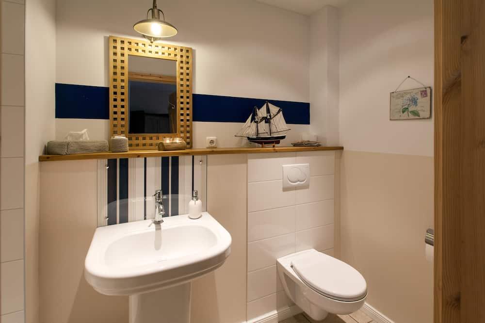 Двухместный номер с 1 двуспальной кроватью, вид на сад (Polo Blue) - Ванная комната