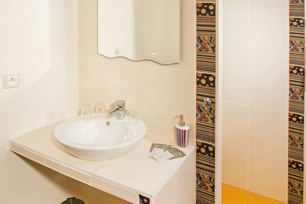 Quadruple Room, Multiple Beds (Les Crayeres) - Bathroom