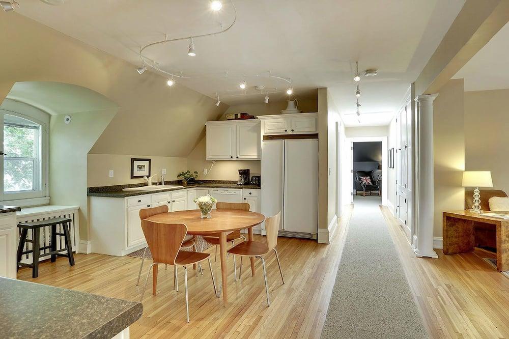 Ferienhaus, Mehrere Betten (Luxury Whittier Mansion 3rd Floor Sui) - Wohnbereich