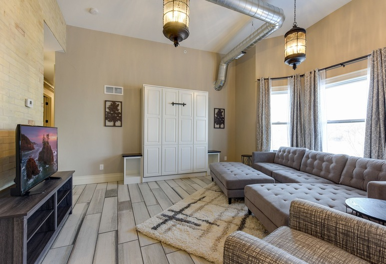 Stay Chateau Suite 1, Minneapolis, Apartment, 2 Bedrooms, Non Smoking, Living Room