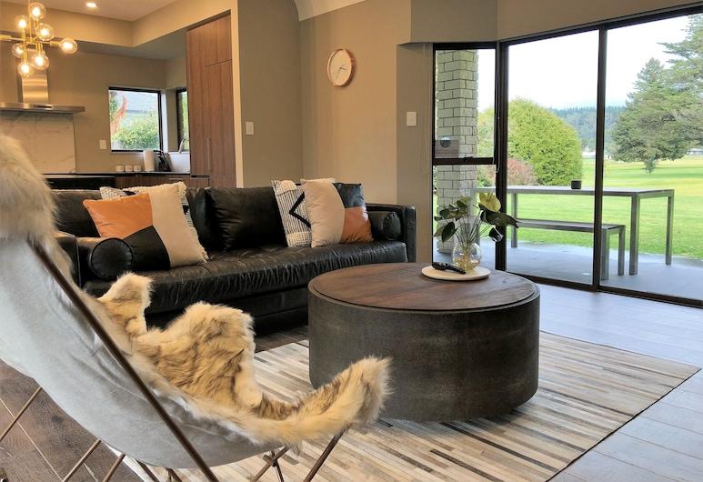 Luxury Golf-Side Lodge K Lodge Rotorua, Роторуа, Коттедж «люкс», 5 спален, вид на поле для гольфа, Гостиная