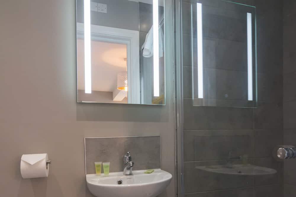 Liukso klasės dvivietis kambarys, iš miegamojo pasiekiamas vonios kambarys - Vonios kambarys