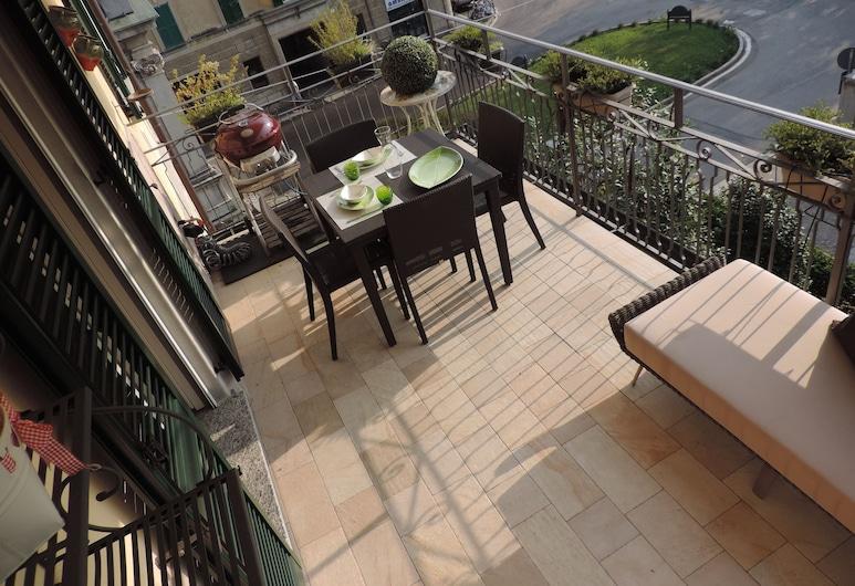 huoneisto sijaitsee vain 500 metrin päässä historiallisesta keskustasta ja rautatieasemalta, Varese, Parveke