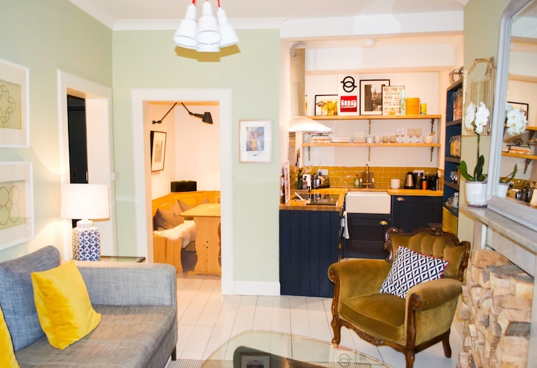 Cosy 1 Bedroom Home in the Heart of the Old Town, Edinburgh, Woonkamer
