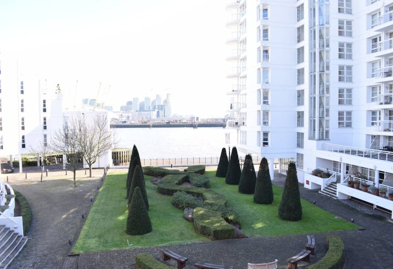 Stunning 2 Bedroom Riverside Flat in Canary Wharf, London, Property Grounds