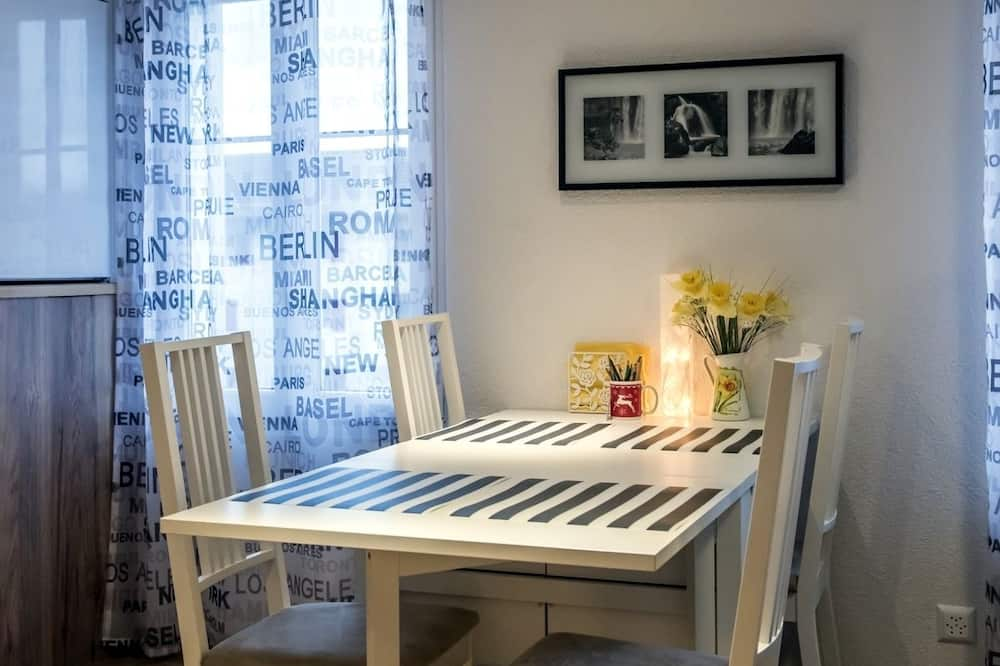 City-Apartment, 2Schlafzimmer, Blick auf den Innenhof - Essbereich im Zimmer