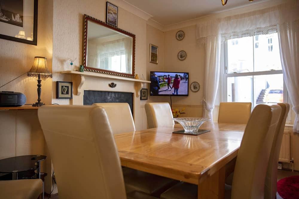 Cladda House ( 4 En-suite and Onsite Parking )  - Essbereich im Zimmer