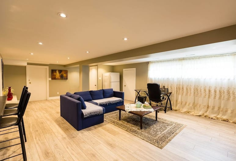 Victoria Village, Modern Two Bedroom With Parking, Toronto, Woonkamer