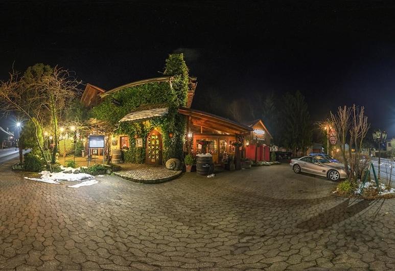 Auberge Harlekin, Gottmadingen, Bagian Depan Hotel - Sore/Malam