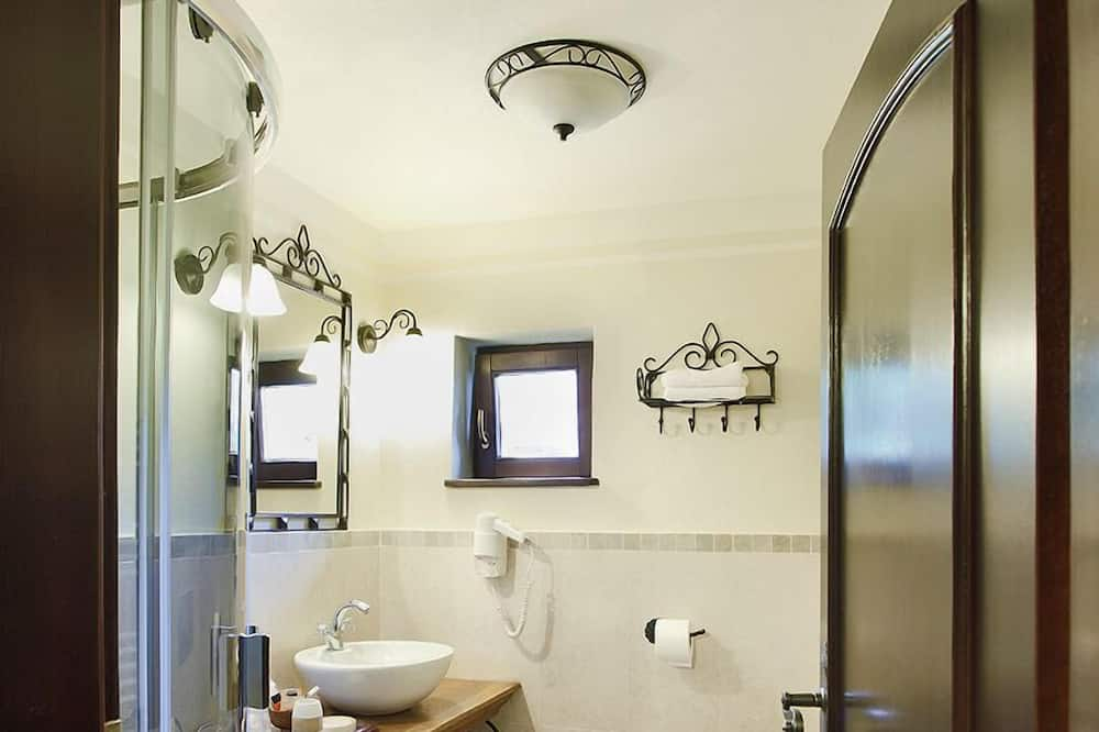 Basic Double or Twin Room, Mountain View - Bathroom