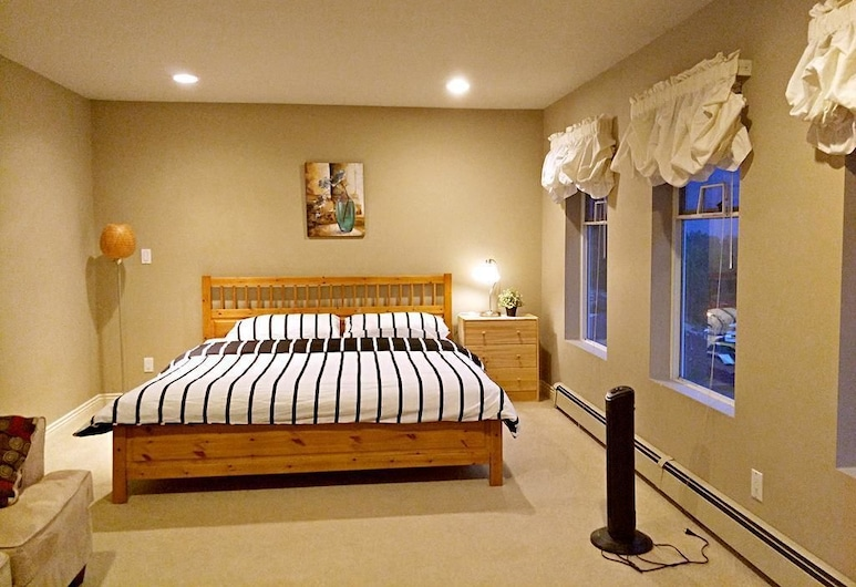 Jinjiang Guesthouse by Elevate Rooms, Coquitlam, Family Suite, 1 King Bed, Non Smoking, Mountain View, Guest Room