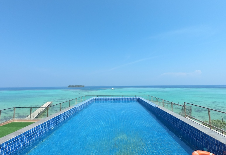 رويال أوشن فيو كاريمونجاوا, جزر كاريمونجاوا, حمّام سباحة خارجي