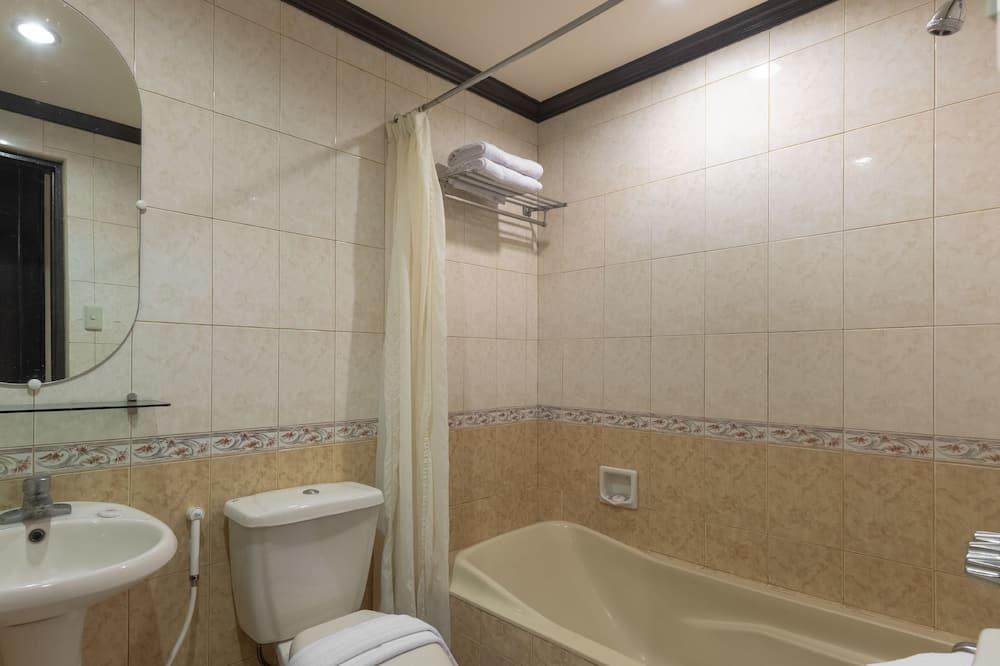 デラックス ダブルルーム クイーンベッド 1 台 - バスルーム