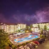 Appart'hôtel, plusieurs lits (Whispering Pines 431) - Façade de l'hébergement - le soir