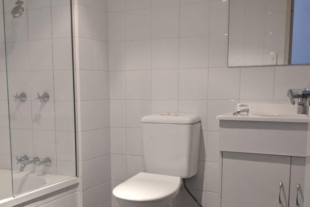 Apartment, 2 Bedrooms, Shared Bathroom - Bathroom