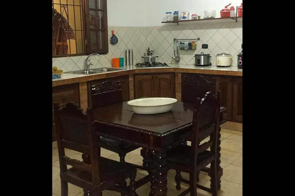 Family Quadruple Room, Multiple Beds, Non Smoking, City View - Shared kitchen
