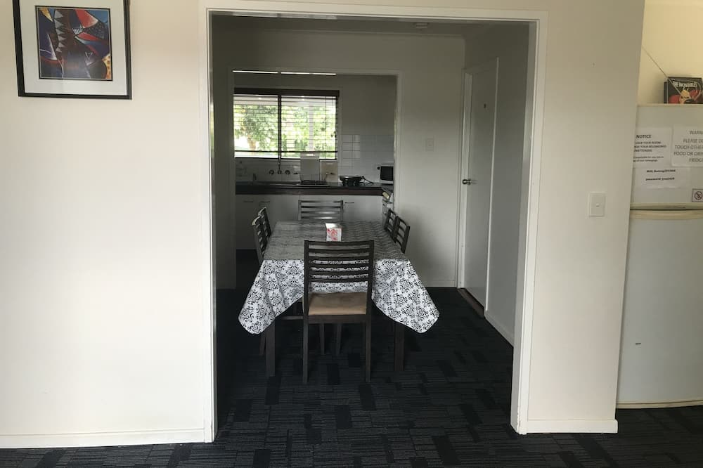 Habitación individual básica, 1 cama individual, baño compartido - Servicio de comidas en la habitación