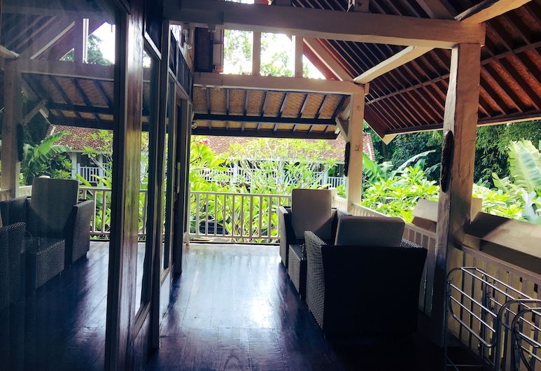 White Orchid Eco Resort, Senggigi, Trojlôžková izba typu Deluxe, viacero postelí, výhľad na bazén, Balkón