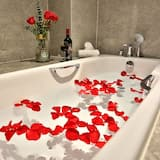 Suite - Deep Soaking Bathtub