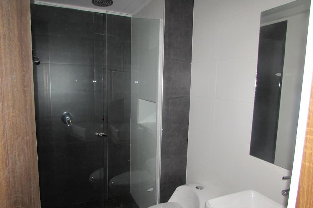 Family Triple Room, Non Smoking - Bathroom