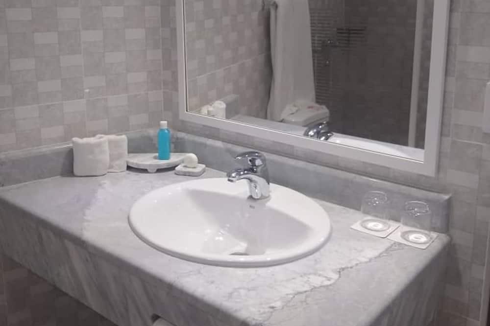 Standard Quadruple Room, 2 Double Beds, Non Smoking - Bathroom