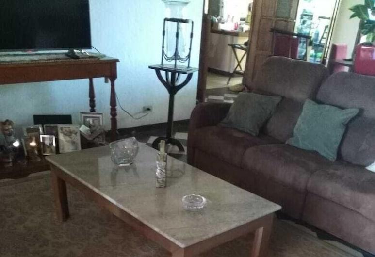 Cozy room in Urbanizacion Montenegro, Alajuela, Standard Room, 1 Double Bed, Living Area