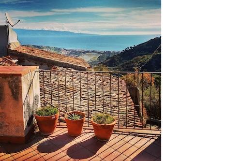 海と山の景色を望む自然の中にあるVilla