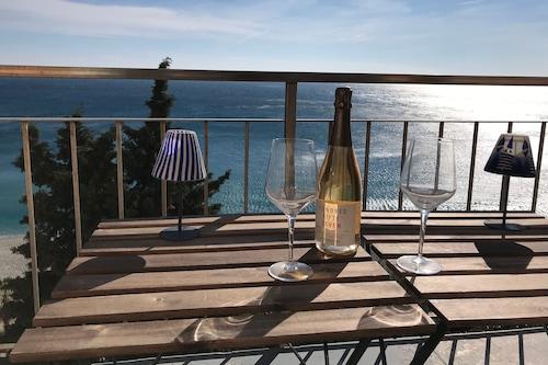 素晴らしい海の景色を望むアパートメント/