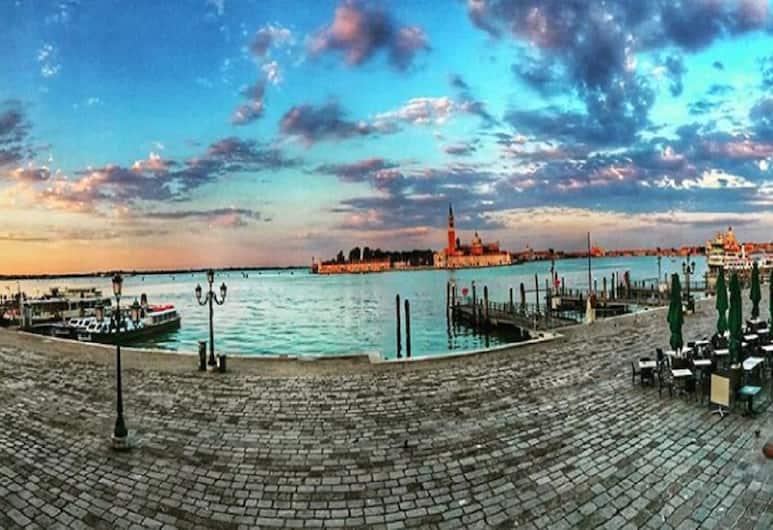 La casa del pescatore, Venetsia, Ulkopuoli