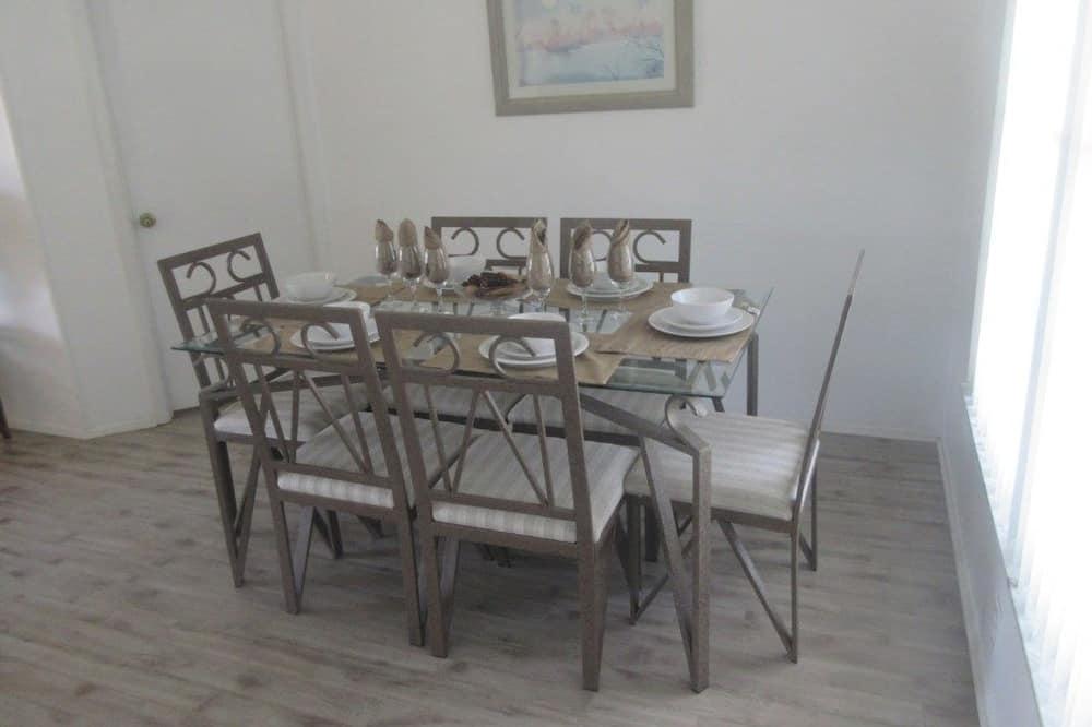 Hus, 4 soverom, privat basseng - Bespisning på rommet