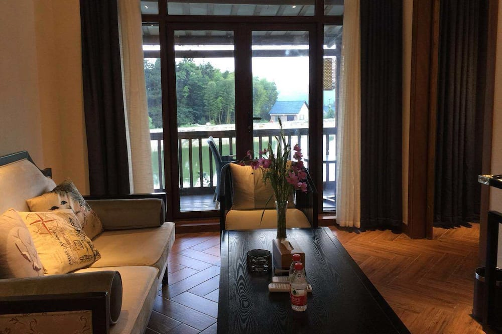 Deluxe Room, Mountain View - Living Area