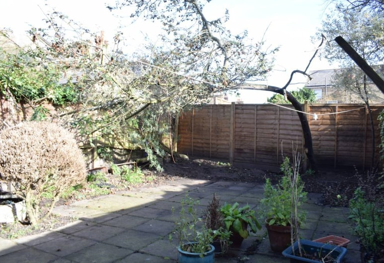 Charming 2 Bedroom Full Home in Arsenal, London, Property Grounds