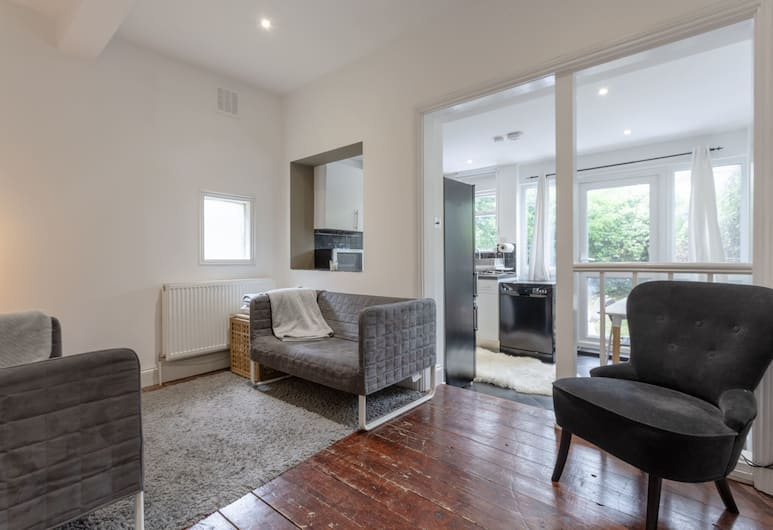 Modern 2 Bedroom in Queens Park With Garden, London, Wohnbereich