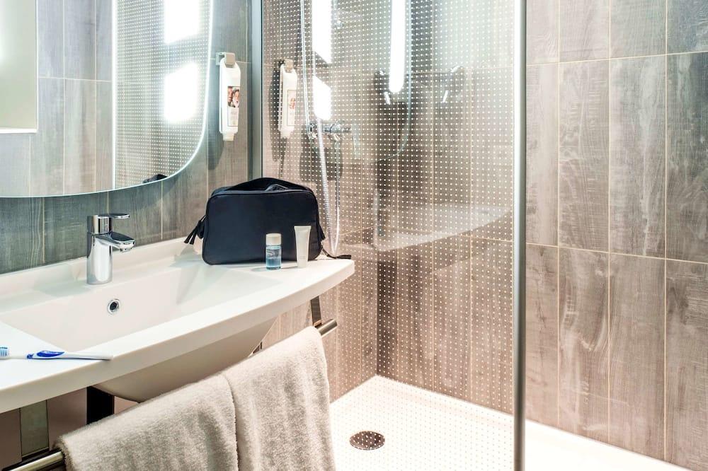 ファミリー ダブルルーム ベッド (複数台) - バスルーム