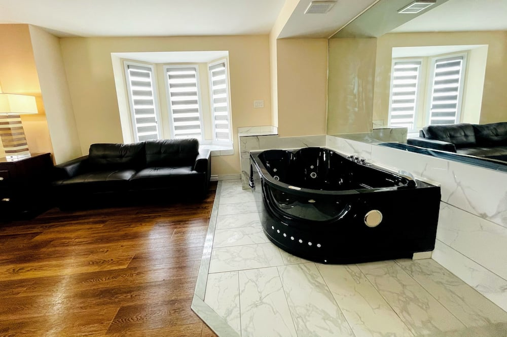 Premium Room, 1 King Bed, Jetted Tub - Living Area