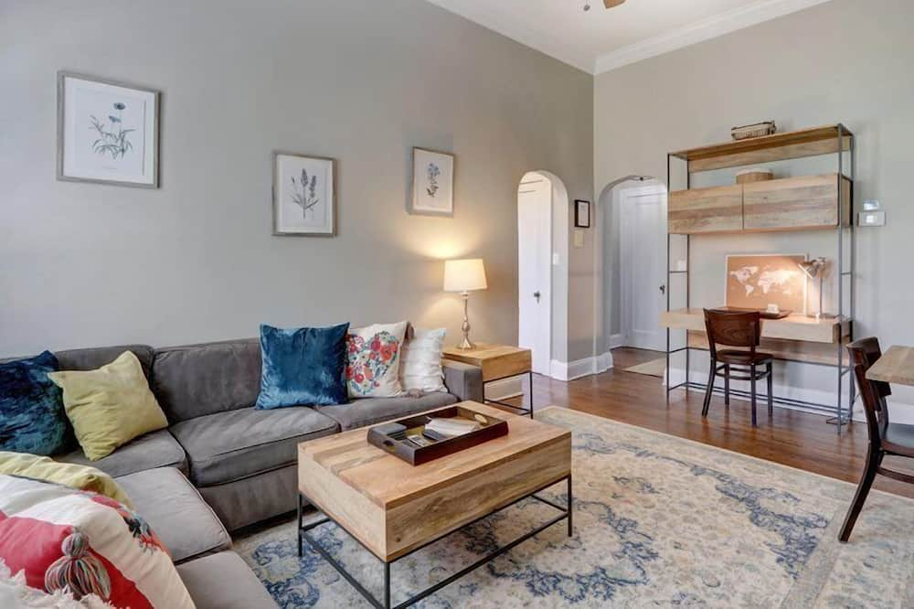 Apartment, Multiple Beds (Charm on Liberty) - Living Room