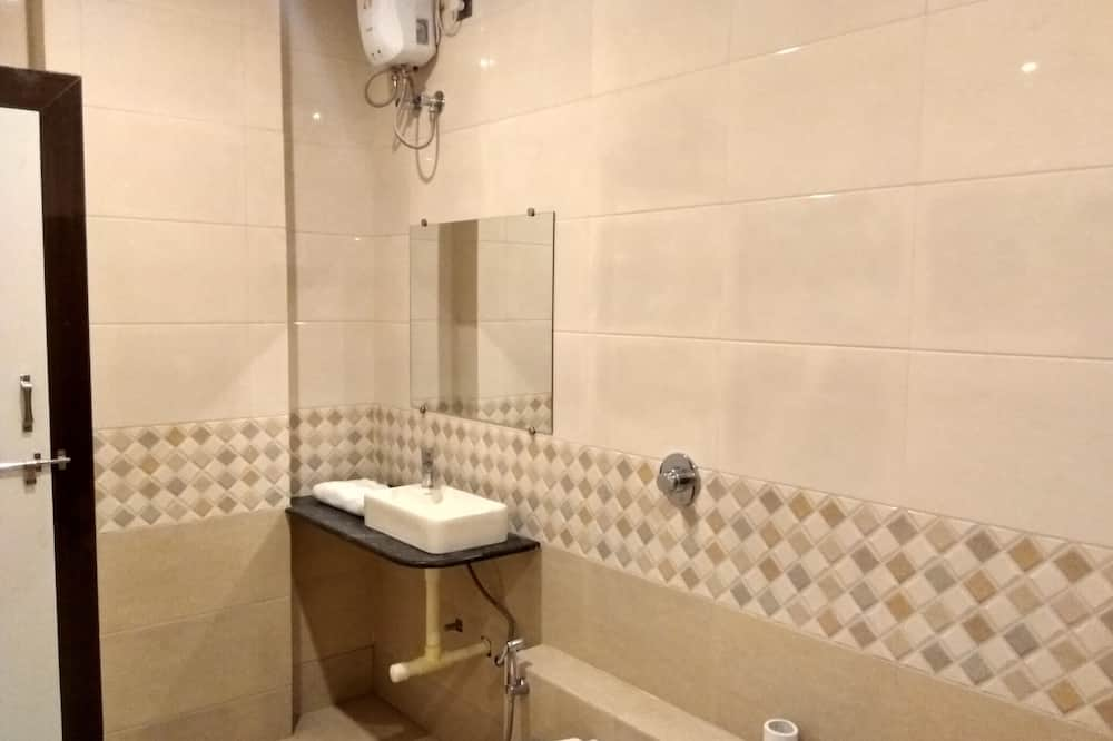 Room, 1 Double Bed, Accessible, City View - Bathroom