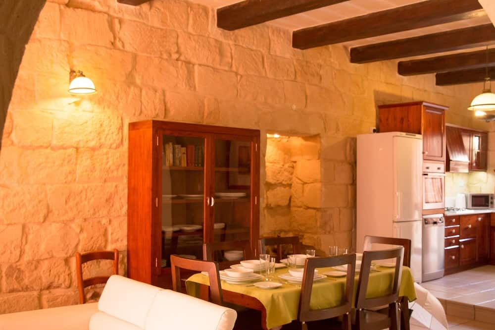 Traditional House, 3 Bedrooms, Pool View - Living Area
