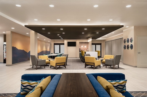 加利福尼亞克洛維斯溫德姆拉昆塔套房飯店/