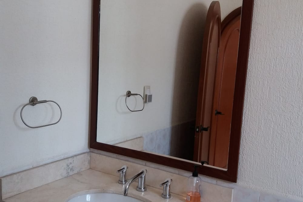 Basic Double Room, Non Smoking, Shared Bathroom - Bathroom